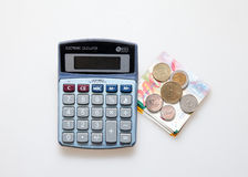 Калькулятор, израильские примечания шекеля и монетки изолированный на белизне Стоковые Изображения