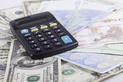 Калькулятор и банкноты предпосылки долларов Стоковое Изображение