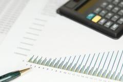 Калькулятор и зеленый карандаш Стоковая Фотография RF