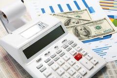 Калькулятор и диаграммы и деньги на предпосылке дела Стоковые Фотографии RF