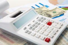Калькулятор и диаграммы и деньги на предпосылке дела Стоковое Изображение RF