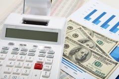 Калькулятор и диаграммы и деньги на предпосылке дела Стоковая Фотография