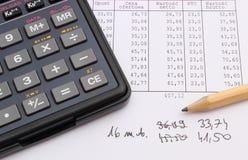 Калькулятор и карандаш лежа на электронной таблице Стоковые Изображения RF