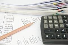 Калькулятор и карандаш на заявлении с балансом активов и пассивов Стоковое фото RF
