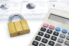 Калькулятор и ключ для всех замков изолированные на белой предпосылке Стоковая Фотография RF