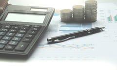 Калькулятор и монетки Таиланда на вкладе a стола офиса Стоковые Фотографии RF