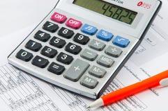 Калькулятор и ручка. Стоковое фото RF