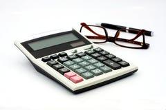 Калькулятор и стекла изолированные на белой предпосылке Стоковые Изображения