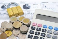 Калькулятор, ключ и стог монеток на бумаге финансовой диаграммы Стоковые Фото