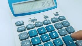 Калькулятор мужской руки крупного плана работая быстро сток-видео