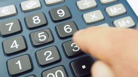 Калькулятор мужской руки крупного плана работая видеоматериал