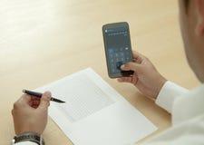 Калькулятор на мобильном телефоне Стоковая Фотография