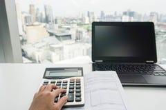 Калькулятор пользы коммерсантки с компьтер-книжкой Стоковые Изображения