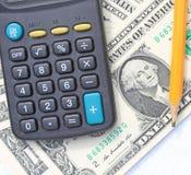Калькулятор, ручка и пусковая площадка на долларах Стоковая Фотография RF