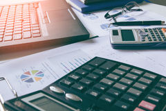 Калькулятор с отчет о tabble, калькулятором диаграмм и диаграмм дела на столе финансовый строгать зеркало доллара плашек принципи Стоковое Изображение RF