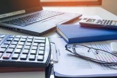 Калькулятор с отчет о tabble, калькулятором диаграмм и диаграмм дела на столе финансовый строгать Финансовые концепции банка Стоковые Фото