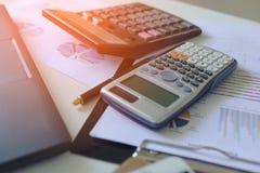 Калькулятор с отчет о tabble, калькулятором диаграмм и диаграмм дела на столе финансовый строгать Концепция финансовой предпосылк Стоковые Фотографии RF