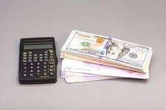 Калькулятор с примечаниями доллара и евро Стоковые Фотографии RF