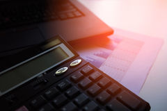 Калькулятор с таблицей отчет о диаграмм и диаграмм дела, калькулятором на столе финансовый строгать зеркало доллара плашек принци Стоковые Изображения RF