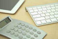 Калькулятор, таблетка цифров и клавиатура компьютера стоковая фотография