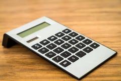 Калькулятор цифров на таблице стоковое изображение