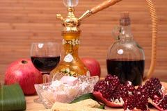 Кальян, вино и помадки стоковое фото rf