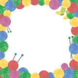 Квадратная рамка красочных шерстяных шариков потока, вязать игл и пары носок Стоковые Фото