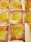 квадратные форменные куски кудрявого, сладостного хлеба, с заполненный ананаса в хлебопекарне Стоковые Фото
