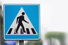 Квадратный голубой знак уличного движения для пешеходного перехода Стоковые Изображения