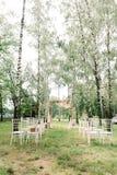 Квадратный свод украшенный тканью розового цвета и свежий с цветками стоковая фотография rf