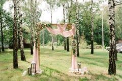Квадратный свод украшенный тканью розового цвета и свежий с цветками стоковые фотографии rf