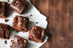 Квадраты пирожного шоколада на деревянном столе Взгляд сверху Стоковая Фотография