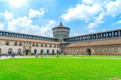 Квадрат внутри замка Castello Sforzesco Sforza стоковые изображения