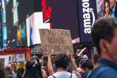 Квадрат времени, Нью-Йорк Молодые люди собранные для протеста против глобального потепления стоковое изображение rf