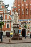 Квадрат городской ратуши с домом угорь и скульптуры Святого Рональд и церков St Peters, городка Риги старого, Латвии, июля стоковые изображения rf