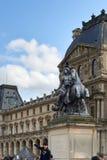 Квадрат Лувра Жалюзи один из самого большого музея в мире, получающ больше чем 8 миллионов посетителей каждый год стоковые изображения