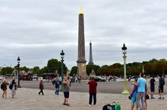 Квадрат Места de Ла конкорда конкорда с туристами фотографируя Взгляд обелиска и Эйфелевой башни Луксора Париж, Франция, Au 15 стоковые фото