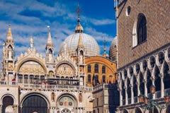 Квадрат Сан Marco с базиликой ` s колокольни и St Mark 2005 архитектурноакустически коробок искусства зодчества красивейших строя стоковое фото rf