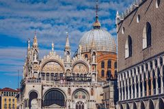 Квадрат Сан Marco с базиликой ` s колокольни и St Mark 2005 архитектурноакустически коробок искусства зодчества красивейших строя стоковые фото