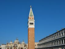 Квадрат Сан Marco с базиликой ` s колокольни и St Mark Главная площадь старого городка Италия venice стоковая фотография rf