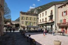 Квадрат с кафем улицы и небольшие touristic магазины в Villefranche-De-Conflent, Франц стоковые изображения