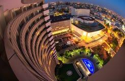 Квадрат университета, взгляд Бухареста, Румынии от междуконтинентальной гостиницы, городского пейзажа ночи стоковые фотографии rf