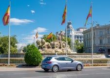 Квадрат Cibeles в Мадриде с известными фонтанами и флагами испанского языка Стоковое Изображение RF