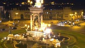 Квадрат d'Espanya Placa в ноче Барселоне, выравнивая воздушный городской пейзаж, история сток-видео