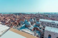 Квадрат ` s St Mark от вершины башни колокольни в Венеции, Италии Стоковые Фото