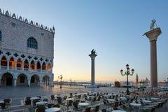 Квадрат St Mark с пустыми таблицами тротуара, никто в Венеции стоковые изображения