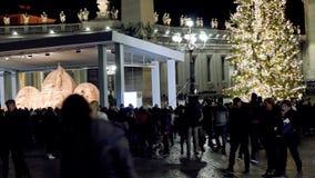 Квадрат St Peter, сцена рождества осуществил с песком Jesolo, и рождественской елкой украшенной с цвета золото светами видеоматериал