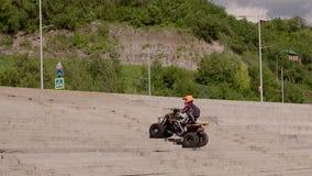 Квадрацикл ATV идет вверх по лестницам