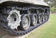 Квад отслеживал танк на зеленой лужайке Стоковое Изображение