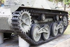 Квад отслеживал танк на зеленой лужайке Стоковое Изображение RF